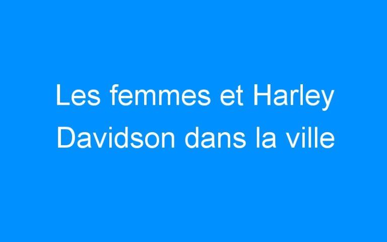 Les femmes et Harley Davidson dans la ville