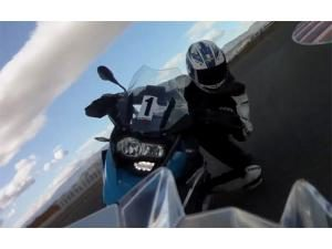 video-duel-s1000-rr-hp4-vs-r1200-gs-sur-circuit_fi_43821-4